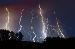 Fotogene nachtgewitter waren diesen Sommer dünn gesät. Sammelfoto einer Reihe von Blitzen über Muri AG, 09.07.2013. Foto: Willi Schmid