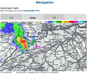 Radarbild auf zoomradar.ch. Das rosa Symbol zeigt die erwartete Verschiebung des im Kreis angezeigten Niederschlages zum Kreuz, welches den User-Standort in der Kartenmitte markiert. Weitere Details siehe Text.