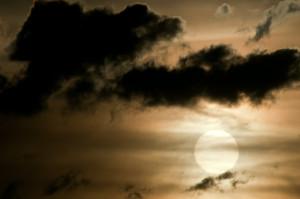 Schmutziger Föhn mit einer gewissen Menge Saharastaub kann interessante Farbspiele hervorbringen, bei zu hoher Konzentration die Sonneneinstrahlung aber zu stark eindämmen