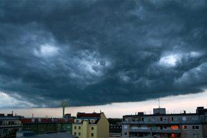 Typisches Wolkenbild, wenn eine Druckwelle dem eigentlichen Gewitter weit voraus eilt